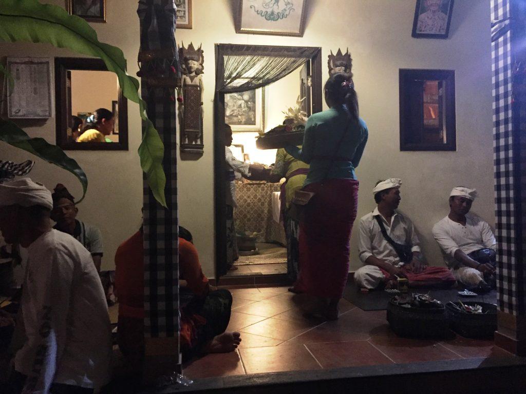 CEREMONIE RELIGIOASĂ ÎNTR-O CASĂ BALINEZĂ  concediu în Bali