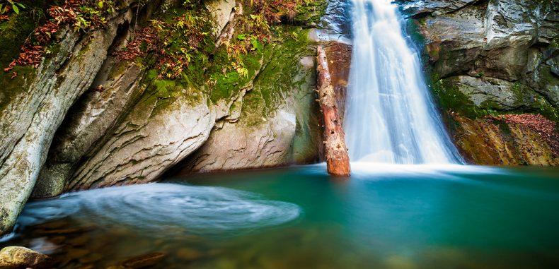 Cascada Cașoca – micuța comoară pe care natura a vrut-o doar pentru ea
