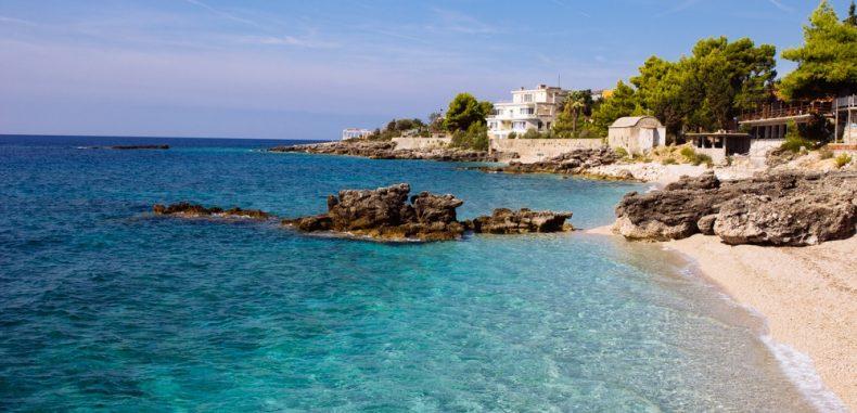 Plaje Albania: Dhermi și micile ei plaje secrete izolate, totul într-un concediu ieftin