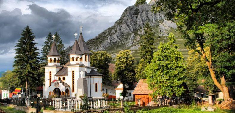 Satul românesc de poveste de unde vii turist și pleci prieten