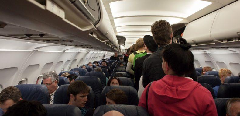 """Tarom percepe la bilete preț """"de lux"""", dar vă tratează ca de """"low-cost"""", la noile avioane"""