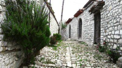 Berat orașul celor 1000 de ferestre orasul ferestrelor plutitoare berat albania
