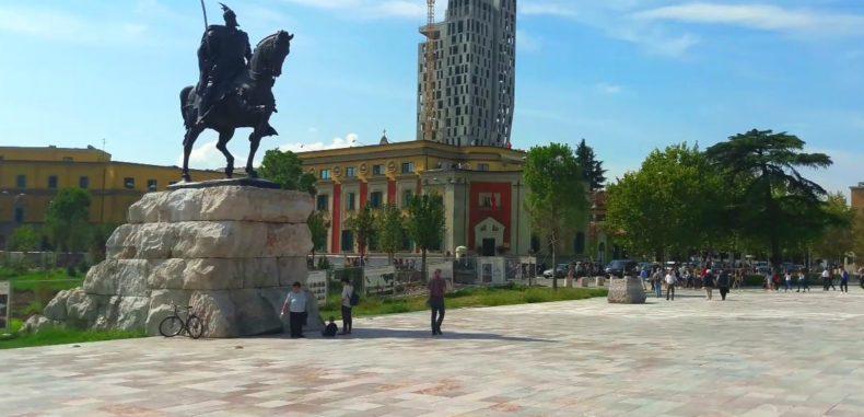 Tirana, orașul cu o frumusețe neconvențională care te va cuceri