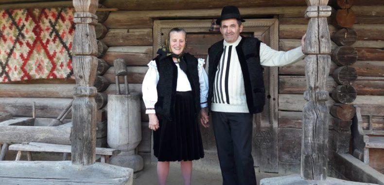 Familia Pleș, doi bătrânei simpatici care mențin viu spiritul Maramureșului în casa veche de 400 de ani