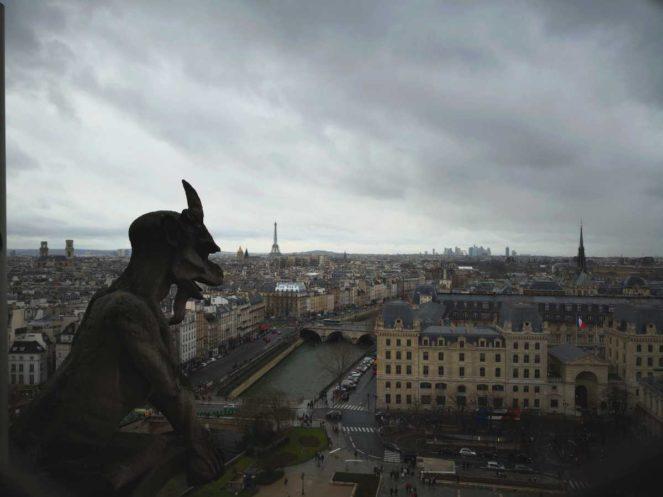 Un incendiu puternic are loc la Catedrala Notre Dame din Paris. Turla octogonală în formă de săgeată a Catedralei Notre-Dame a fost cuprinsă de un incendiu uriaş