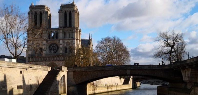 M-am jucat de-a cocoșatul în catedrala Notre Dame