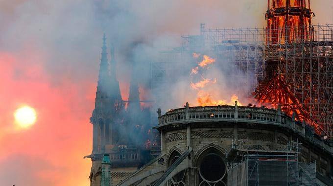 Incendiu la Catedrala Notre Dame. O turlă s-a prăbușit (FOTO-VIDEO)