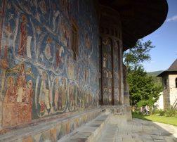 Parcă nu ai simțit atingerea Cerului până nu ai ajuns într-o excursie la mănăstirile Bucovinei, locul în care pare că Dumnezeu Însuși
