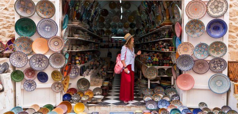 Studiu: La români, bugetul de vacanță se duce pe shopping